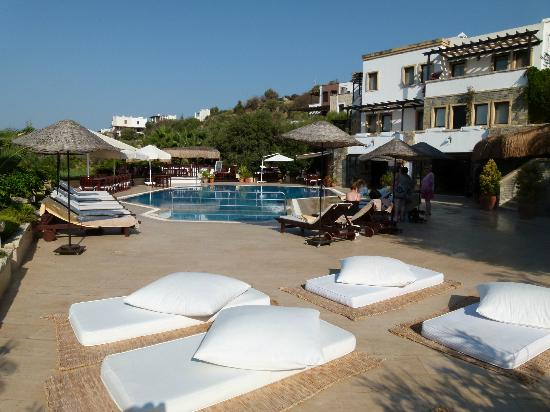 4reasons hotel+bistro: Mattresses by the pool