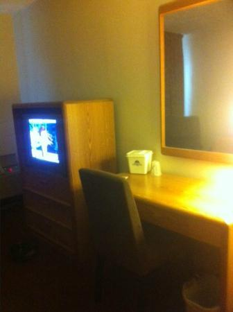 Austinburg, OH: TV and Desk