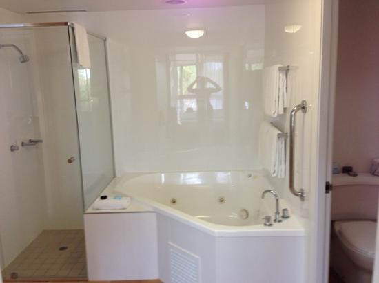 Mudjimba, ออสเตรเลีย: bathroom in lagoon room. large sink and bench top to right.