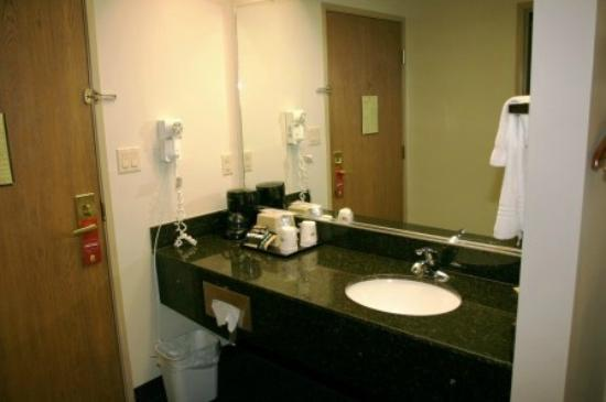 Super 8 Morristown: Sink area, marble countertop - very nice!