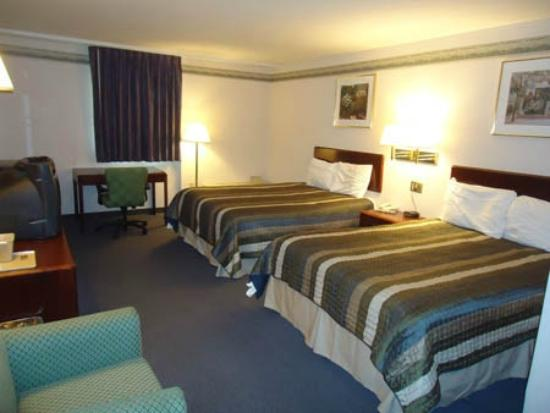 Budget Host Inn &amp; Suites: 2 Queen Beds
