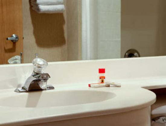 Super 8 Fargo: Bathroom