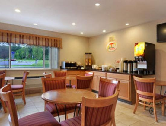 Super 8 Poughkeepsie: Breakfast Area