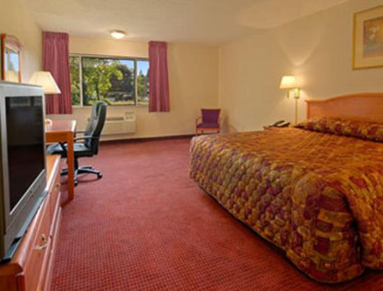 Super 8 Poughkeepsie: Standard King Bed Room