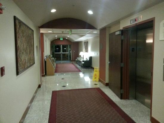 BEST WESTERN Plus Evergreen Inn & Suites: Hall to backdoor