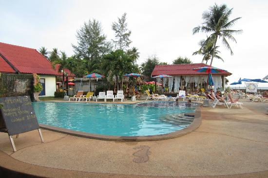 Lanta New Beach Bungalows: pool area