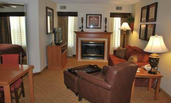 Homewood Suites by Hilton Toledo/Maumee: Living room in the suite
