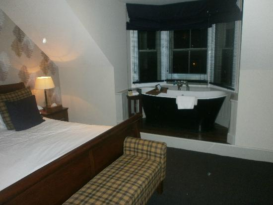 Hotel du Vin & Bistro: Bath tub in bay window