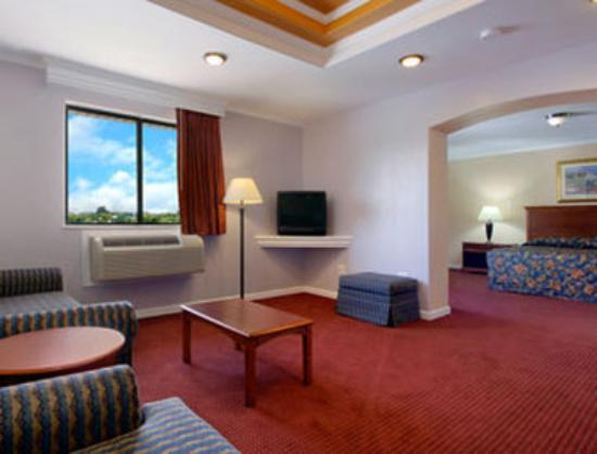 Super 8 Suffolk Tidewater: Suite