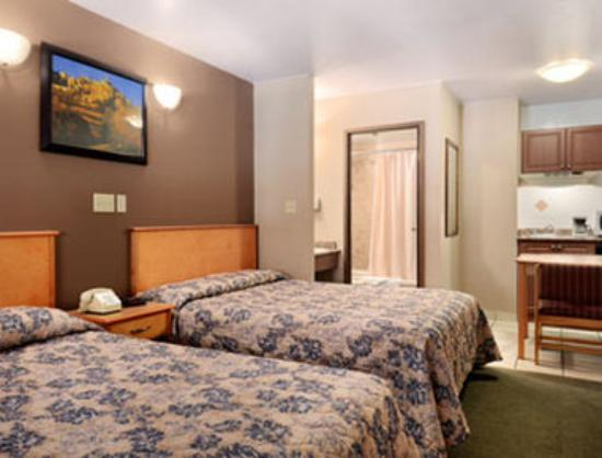Super 8 Osoyoos: Standard Two Queen Bed Room