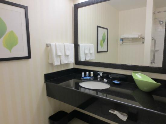 Fairfield Inn &amp; Suites New Bedford: Clean...love the leaf bowl