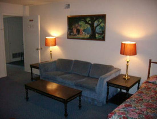 Knights Inn & Suites Canyon: Guest Room Sitting Area
