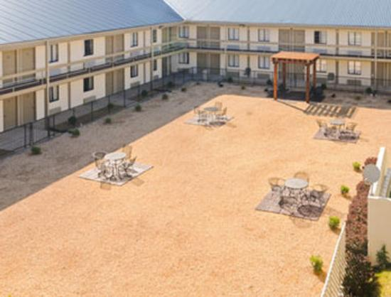Super 8 Monteagle: Courtyard