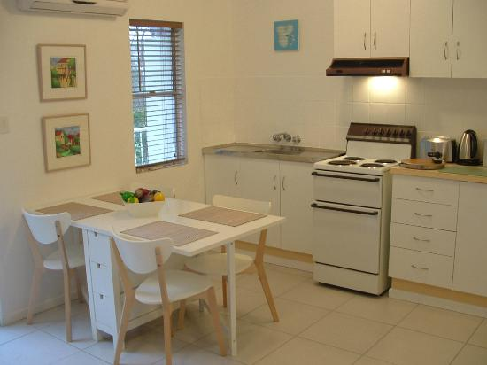 Peregian Beach, ออสเตรเลีย: Balcony Apartment Kitchen