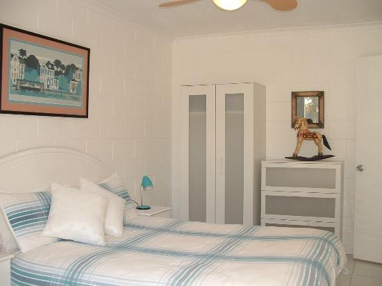 Peregian Beach, ออสเตรเลีย: Courtyard Apartment Bedroom