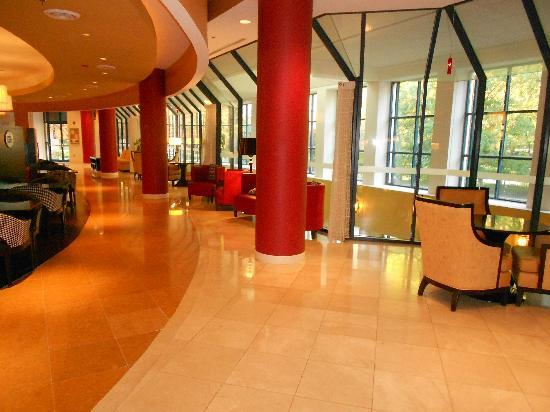 Fairview Park Marriott: Bar area of lobby
