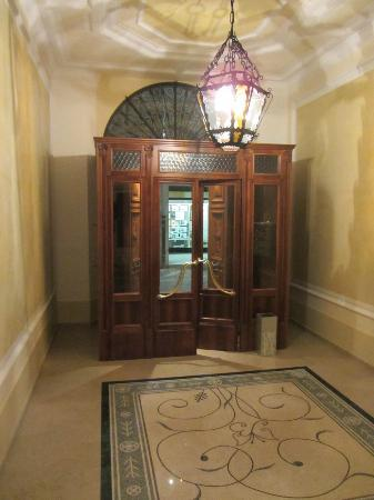 Le Camp SPA & Resort: Entrance door from the inside