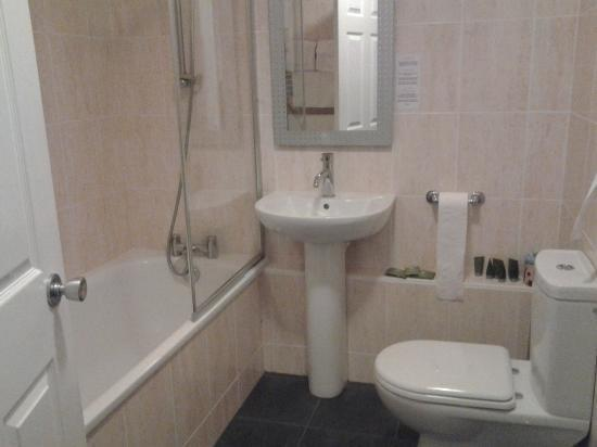 Cairnryan, UK: our spotlessly clean bathroom with lots of white fluffy towels