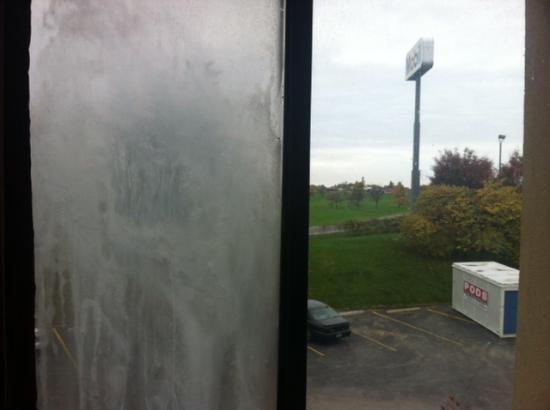Quality Inn &amp; Suites Historic St. Charles: Frosted windows, poor view.