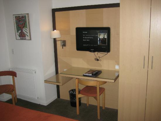 Ascot Hotel: Desk