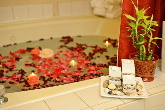 BEST WESTERN Luxbury Inn Fort Wayne: Enjoy romantic evening in our Whirlpool Suite