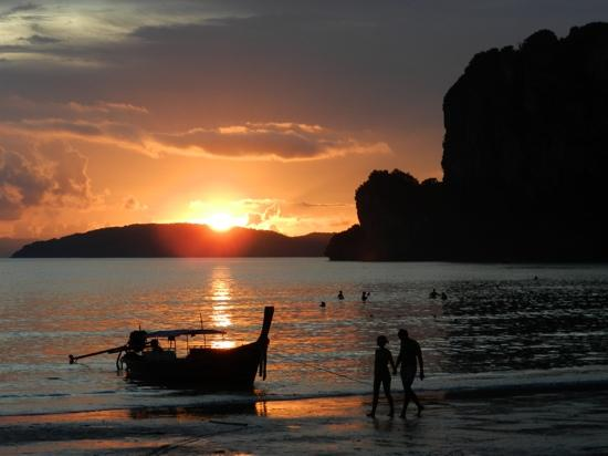 Railay Village Resort: puesta de sol desde la playa del hotel