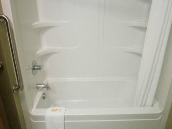 Quality Inn & Suites Fishkill: nice bathtub/shower