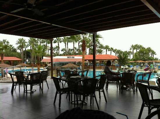 Cavo Maris Beach Hotel: beach bar, includes very welcoming staff on tap all day every day