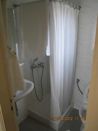 Philippos Hotel: Small Bathroom