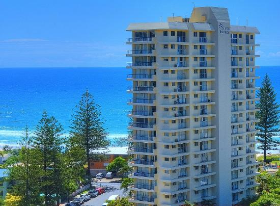 Surfers Beachside Holiday Apartments: Surf Patrolled beach across from Surfers Beachside