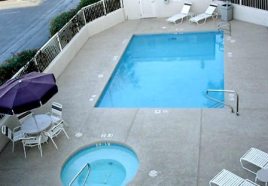 SpringHill Suites Phoenix Glendale/Peoria: Pool and hot tub on street level, small and private