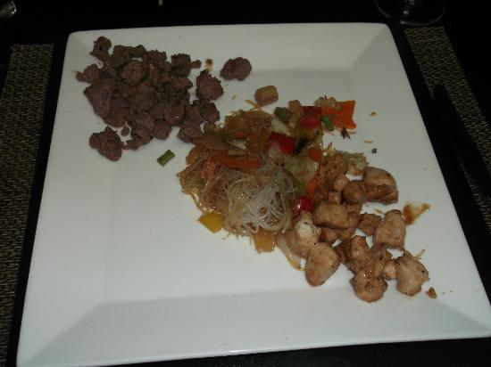 Catalonia Royal Bavaro: Japanese Food - chicken & steak and rice noodles with veggies