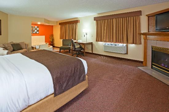 AmericInn Lodge & Suites Fergus Falls _ Conference Center: Grand Fireplace Whirlpool Suite