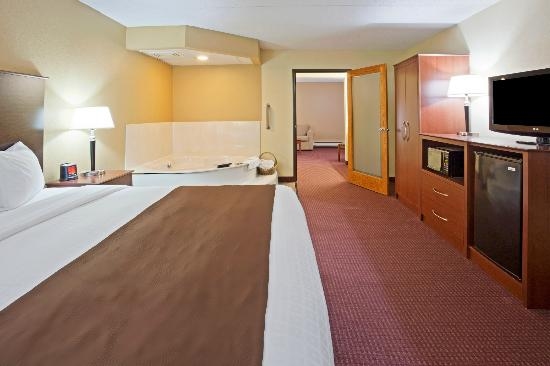 AmericInn Lodge & Suites Fergus Falls _ Conference Center: King Whirlpool Two Room Suite