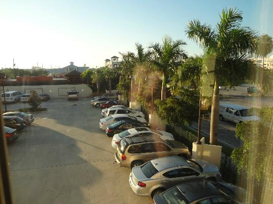 The Wyvern Hotel Punta Gorda: 2nd floor room view of parking lot