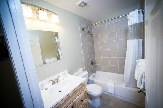 Alpine Inn and Suites: Our newly renovated bathrooms