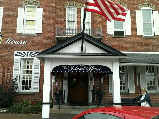 The Island House Hotel: The front of the hotel!