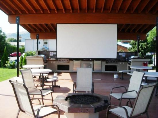 Mountain View Lodge: Big Screen Outside. Perfect for movies or meetings