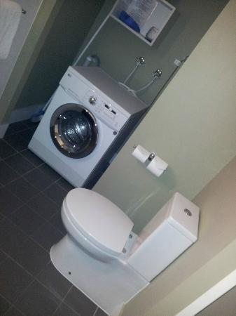 Grand Hotel Townsville: Washer &amp; Dryer