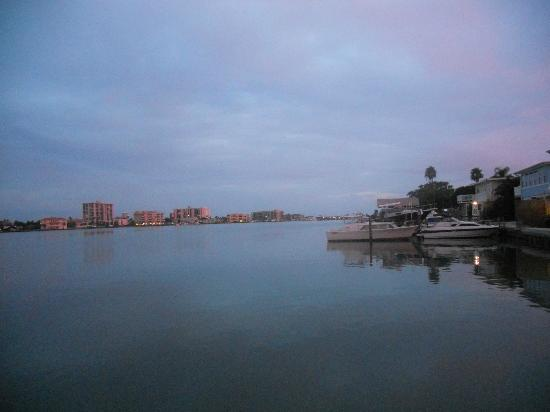 Ebb Tide Waterfront Resort: this was evening taken from the fishing dock