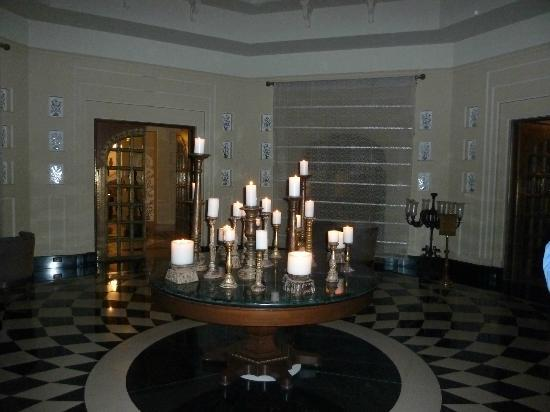 The Oberoi Udaivilas: Candle lit public area
