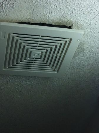 Quality Inn Midtown West: vent water came pouring out of on the ceiling of the bathroom