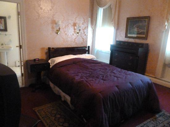 Old Court Bed and Breakfast: Creaky old bed!