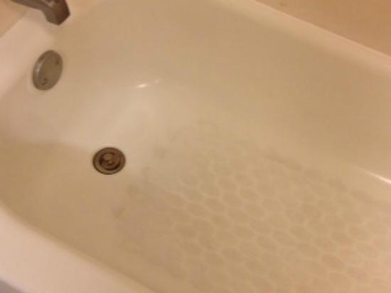 Hampton Inn - Colonnade: Dirty tub.