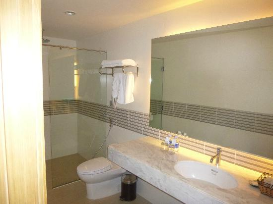 Liberty Central Saigon Centre Hotel: Bathroom was large, modern and very clean