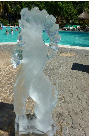 Riu Playacar: Carved ice