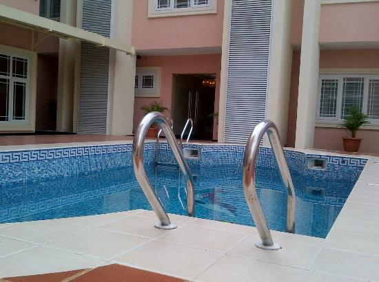 Grand Bee Suites: Outdoor Pool