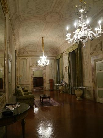 Palazzo Magnani Feroni: One of the hallways in the hotel