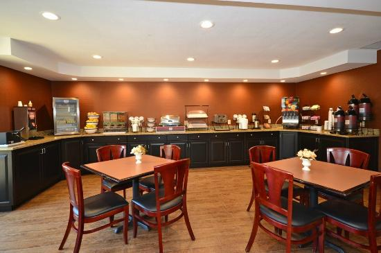 Comfort Inn Biltmore West: Large breakfast counter space with assortment of delicious foods!
