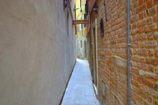 Al Canal Regio: small road to and from hotel